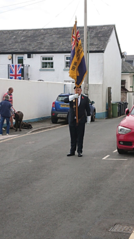 Les performing his memorial duties
